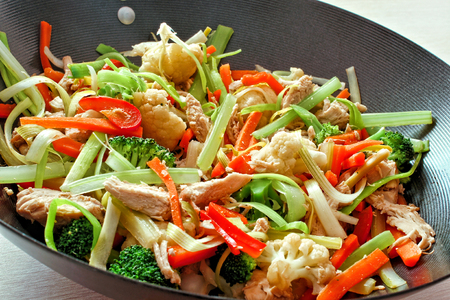 냄비에 혼합 된 야채와 닭 볶음 튀김
