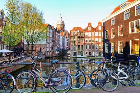Fietsen langs de grachten van Amsterdam, Nederland