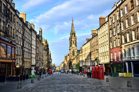 Bekijk onderaan de historische Royal Mile, Edinburgh, Schotland Stockfoto
