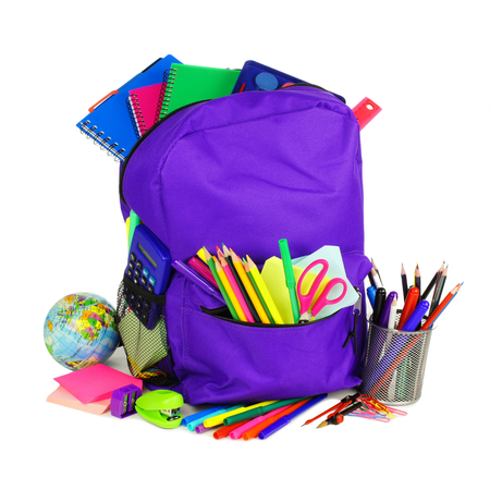fournitures scolaires: Sac à dos violet plein de fournitures scolaires sur un fond blanc Banque d'images