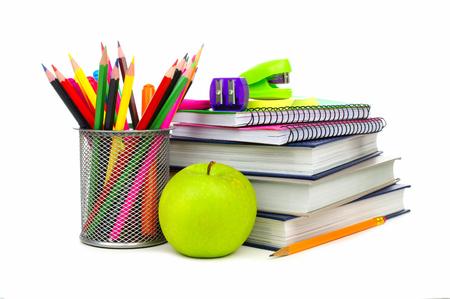 utiles escolares: Grupo de los �tiles escolares y libros sobre un fondo blanco Foto de archivo