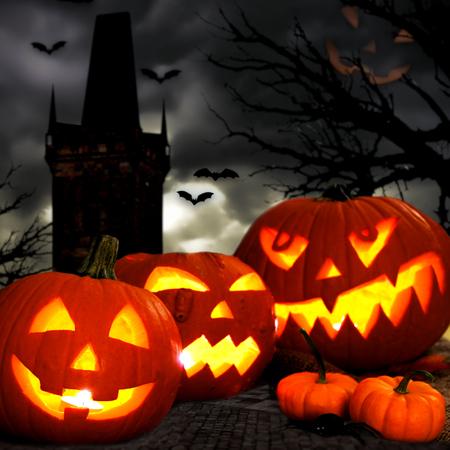 Moonlight lanterns: Halloween Jack o Đèn lồng với tháp ma quái và nền cây