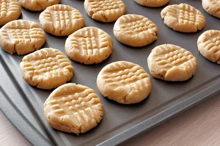 Arašídové máslo cookie těsto na plech připravena k peci