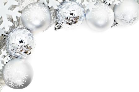 nieve navidad: Frontera de la esquina de la Navidad de los copos de nieve y bolas de plata sobre un fondo blanco Foto de archivo