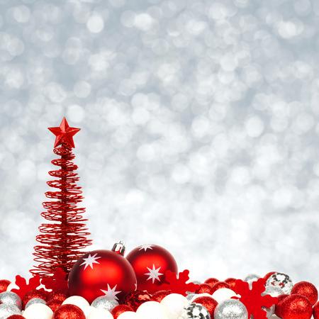semaforo rojo: Frontera de la Navidad de los ornamentos rojos y blancos con un abrir y cerrar de luz de fondo de plata