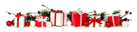 Kerst rand van takken en rode en witte geschenken op een witte achtergrond Stockfoto