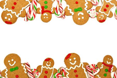 Kerstmis frame van kleurrijke peperkoek mannen en snoepjes op een witte achtergrond