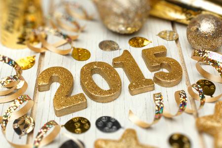 swirl backgrounds: 2015 Capodanno numeri d'oro con coriandoli e decorazioni su uno sfondo di legno bianco