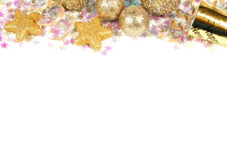 New Years Eve grens van confetti en gouden versieringen op een witte achtergrond