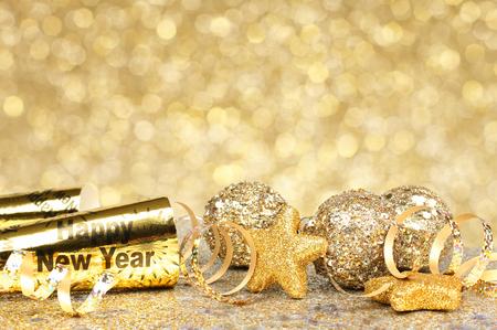 Border Capodanno di coriandoli e decorazioni dorate su sfondo oro scintillante Archivio Fotografico - 33897524