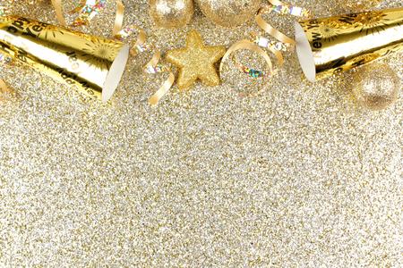 sylwester: Sylwester górna granica serpentyn i dekoracji ponad glittery złotym tle