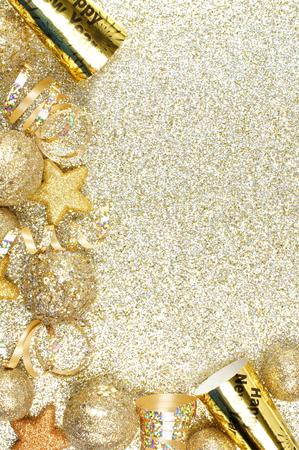 新しい年の前夜吹流しおよび装飾、キラキラのゴールドの背景の上のコーナーの枠線