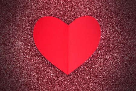red glittery: San Valentino Cuore di carta rosso su uno sfondo scintillante con vignetta Archivio Fotografico