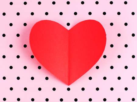 rosa negra: Papel rojo D�a de San Valent�n coraz�n contra un fondo del lunar rosado Foto de archivo