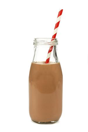 La leche con chocolate con paja en una botella tradicional aislado en blanco