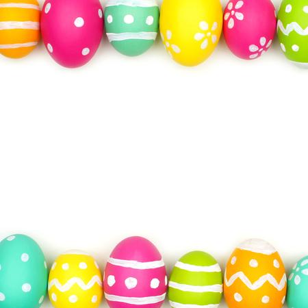 huevo: Huevo de Pascua colorido borde doble sobre un fondo blanco Foto de archivo