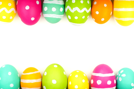 huevo blanco: Huevo de Pascua colorido doble filo frontera contra un fondo blanco
