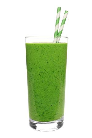 verduras verdes: Batido verde en un vidrio con la paja aislado en un fondo blanco