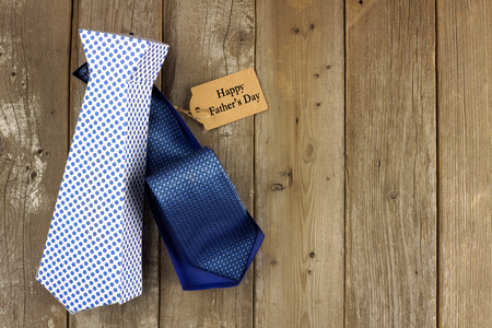 lazo regalo: Caja de regalo de Padres Abierto Día lazo hecho a mano en forma de etiqueta en un fondo de madera rústica Foto de archivo