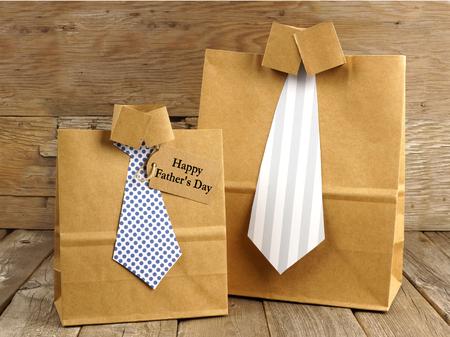 Camisa hecha a mano y corbata de regalo del día de padres bolsas con la tarjeta de felicitación en un fondo de madera Foto de archivo