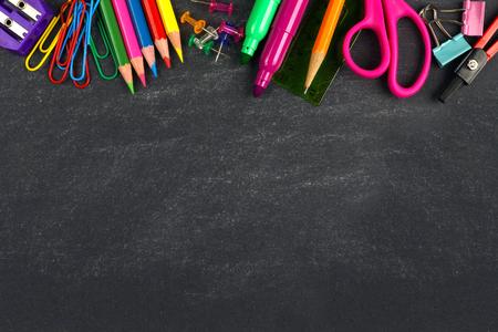 Schoolbenodigdheden top grens op een schoolbord achtergrond Stockfoto