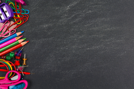 zpátky do školy: Školní potřeby straně hranice na tabuli pozadí