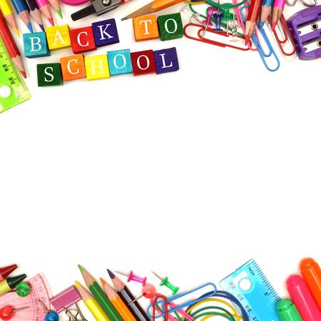 escuela primaria: Volver colorido de bloques de madera de la escuela con útiles escolares doble frontera más de blanco Foto de archivo