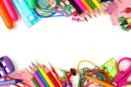 Double frontière de fournitures scolaires colorées sur un fond blanc