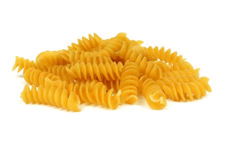 pasta: Pila de rotini pasta seca sin cocer aislada sobre un fondo blanco Foto de archivo