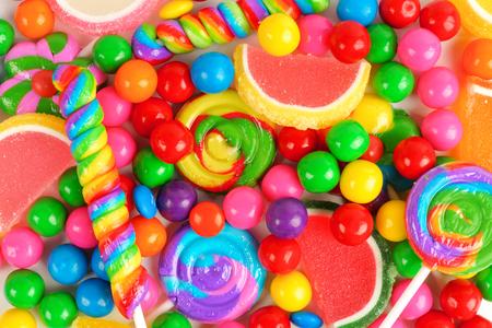 golosinas: Fondo colorido de caramelos surtidos incluyendo bolas de goma de piruletas y caramelos de gelatina