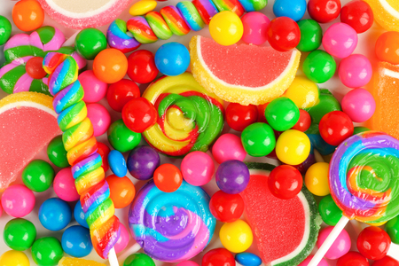 Kleurrijke achtergrond van diverse snoep waaronder gomballen lollies en geleisuikergoed