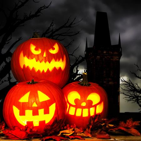 Moonlight lanterns: Halloween Jack cảnh o Lantern với cây cổ thụ ma quái và tháp trong nền