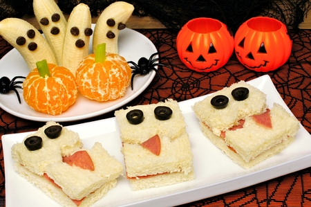 halloween spider: Healthy Halloween treats, monster sandwiches, banana ghosts and orange pumpkins with holiday decor Stock Photo