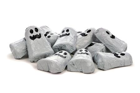 treats: Pila de los fantasmas de Halloween dulces de chocolate sobre un fondo blanco