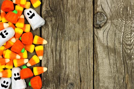treats: Halloween de frontera lateral de caramelo sobre un fondo de madera rústica Foto de archivo