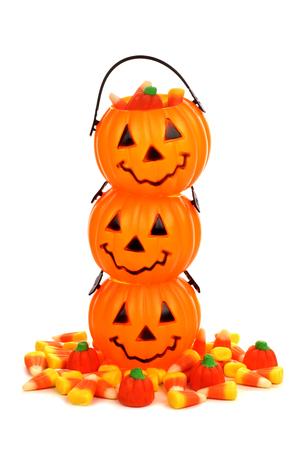 candies: Pila de los titulares o de la linterna de Halloween Jack de caramelo con la pila de calabazas caramelos y dulces de maíz sobre blanco Foto de archivo