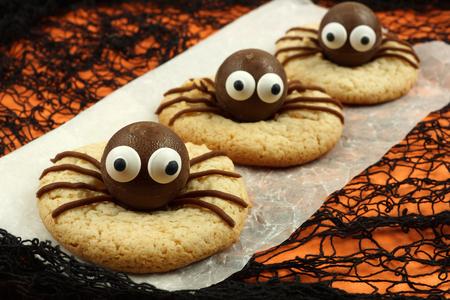 chocolate cookie: Galletas de la araña de Halloween en papel con fondo naranja y negro