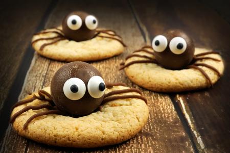 galletas: Grupo de los de chocolate de Halloween cookies de araña en la madera rústica de edad Foto de archivo