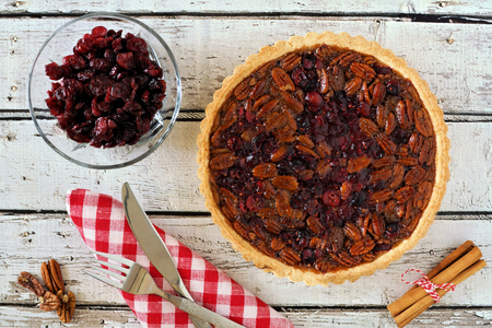 madera rústica: Pecan and cranberry autumn pie, overhead table scene with rustic white wood