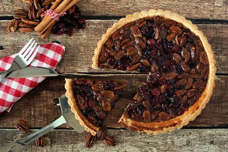 pecan pie: Pecan y el arándano otoño pastel, escena tabla de arriba en madera rústica con la rebanada se retira Foto de archivo