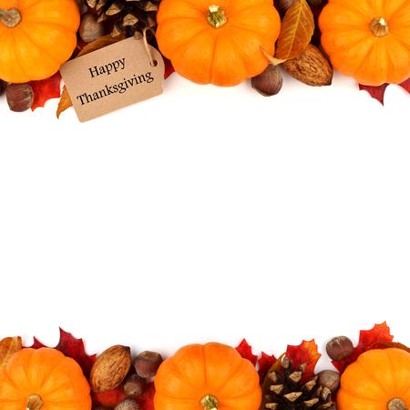 pinoli: tag Happy Thanksgiving con l'autunno doppio bordo di zucche, foglie e noci isolati su bianco