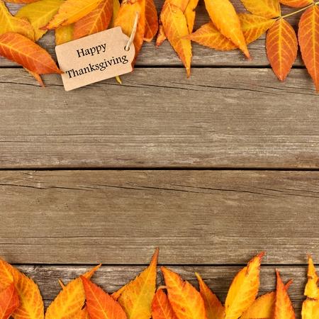 fondo para tarjetas: feliz etiqueta de regalo de Acci�n de Gracias con borde doble las hojas de colores sobre un fondo de madera r�stica