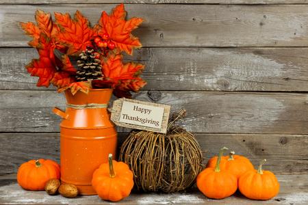 Happy Thanksgiving tag pompoenen en herfst interieur met rustieke houten achtergrond Stockfoto