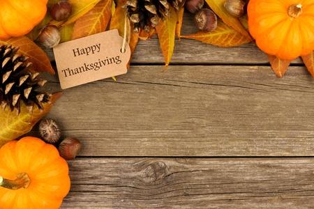Happy Thanksgiving Geschenk-Tag mit Ecke Grenze der bunten Blätter und Kürbisse auf einem rustikalen Holz Hintergrund Standard-Bild - 46792354