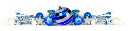 adornos navidad: Frontera de la Navidad de adornos y ramas de color azul y plata aislado en un fondo blanco