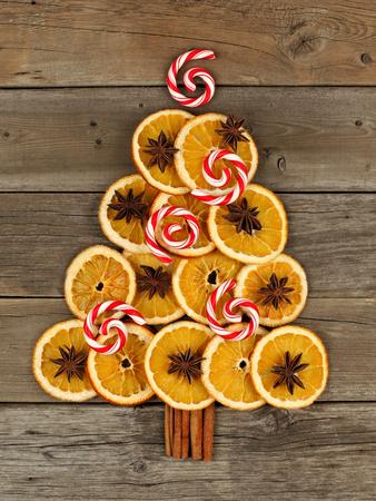 naranja arbol: Árbol de navidad hecho de rodajas de naranja secas de menta y remolinos sobre un fondo de madera rústica