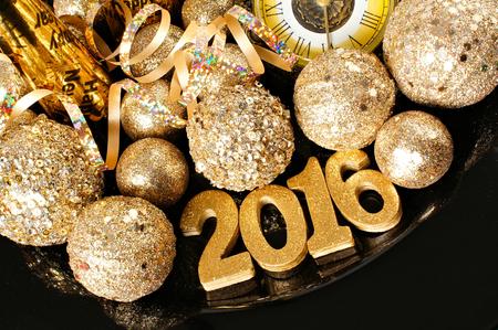 sylwester: Sylwester 2016 złote numery otoczone błyszczącymi ozdobami