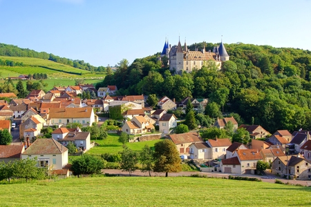 medieval: Vista sobre el pueblo de Rochepot y su castillo medieval Borgoña Francia Editorial