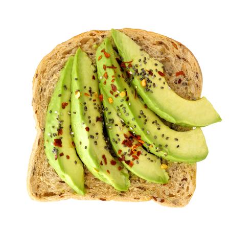 Chia 씨앗 및 흰색 배경에 고립 된 곡물 빵에 조미료와 오픈 아보카도 샌드위치