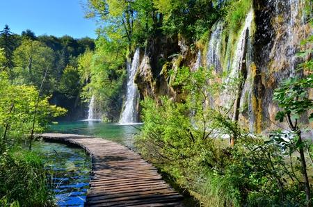 Plitvice 호수 국립 공원 크로아티아의 폭포를 산책로
